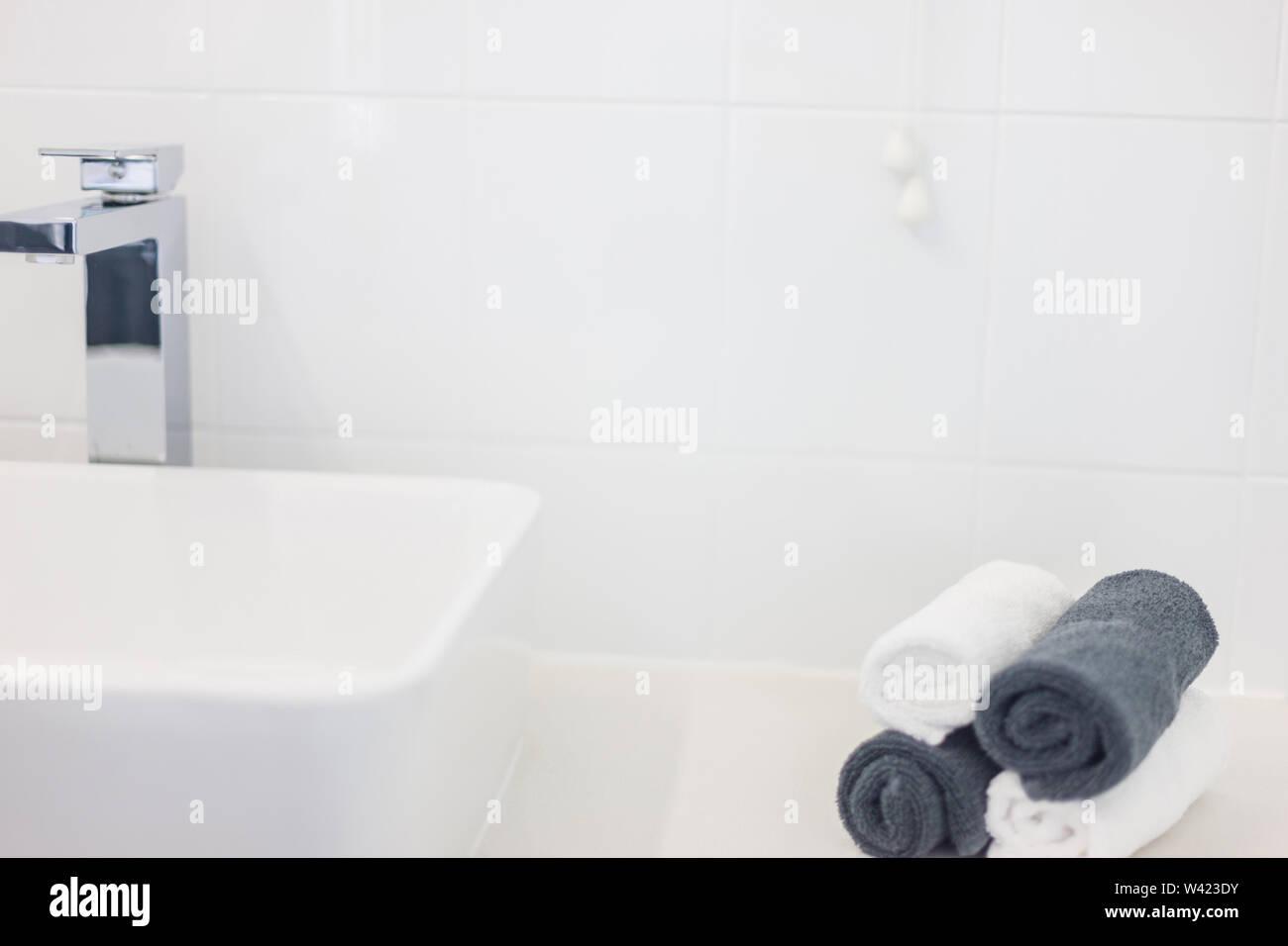 Vue d'un lavabo contemporain design, un robinet exquis et retroussa les serviettes de main en noir et blanc Photo Stock