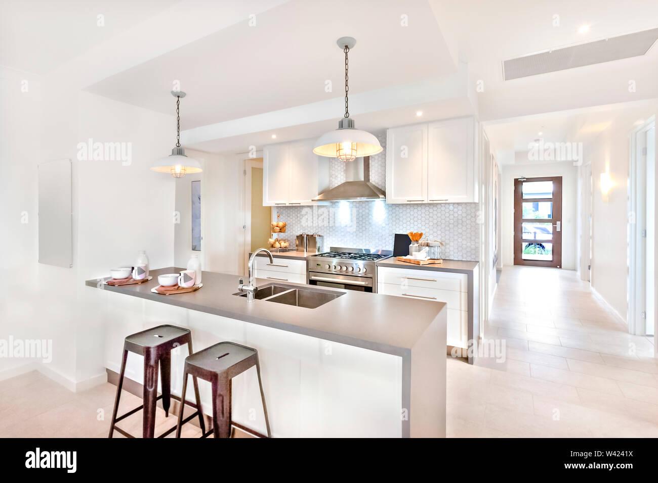 Au Comptoir Du Carrelage cuisine intérieur moderne de jour avec un chemin à parcourir