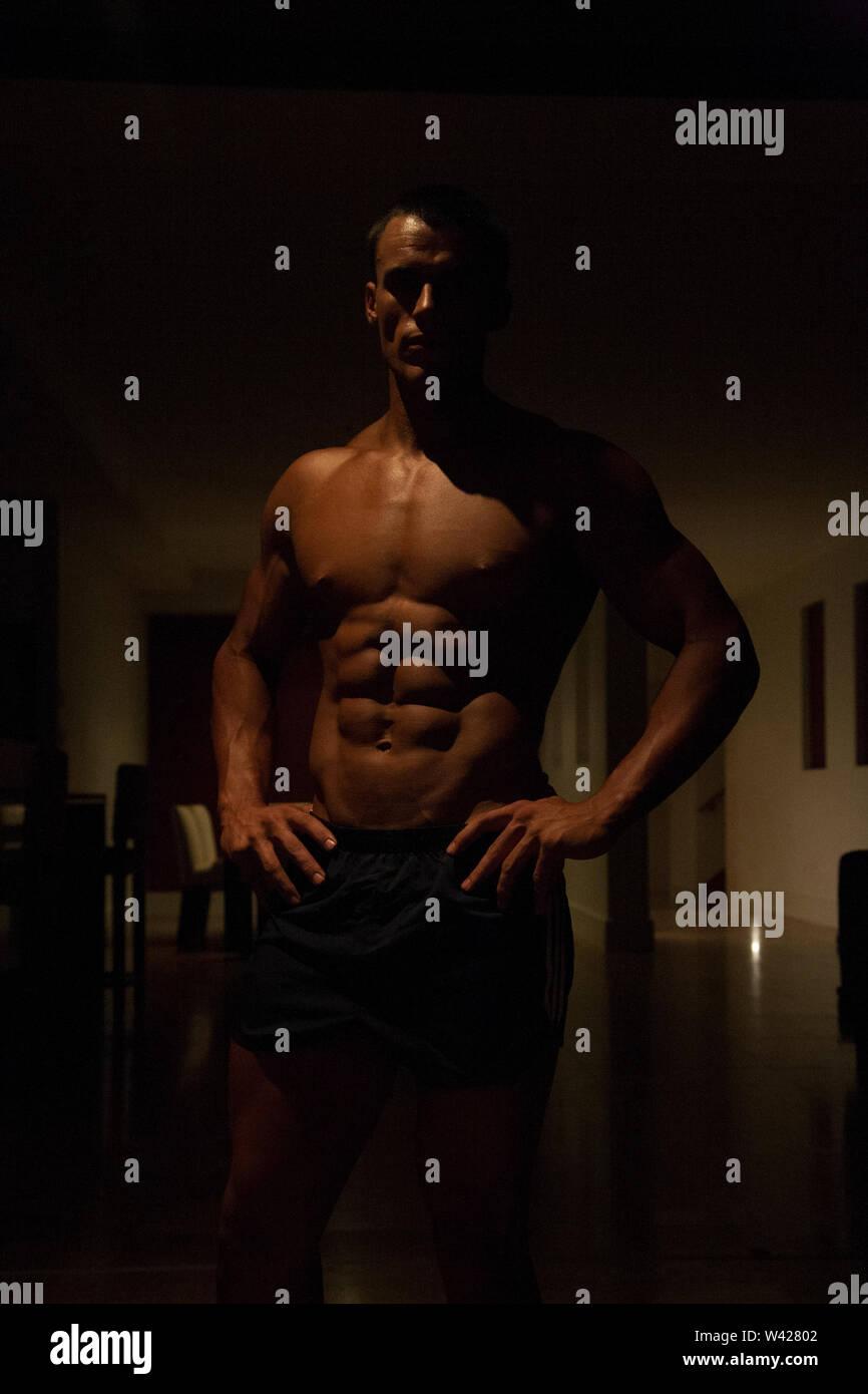 Smart trainer avec nice à la scène de nuit, le corps à l'intérieur prix d'un hôtel de luxe ou de sport, feux de faible parfait et sombre, quelques dessins et des ombres Photo Stock