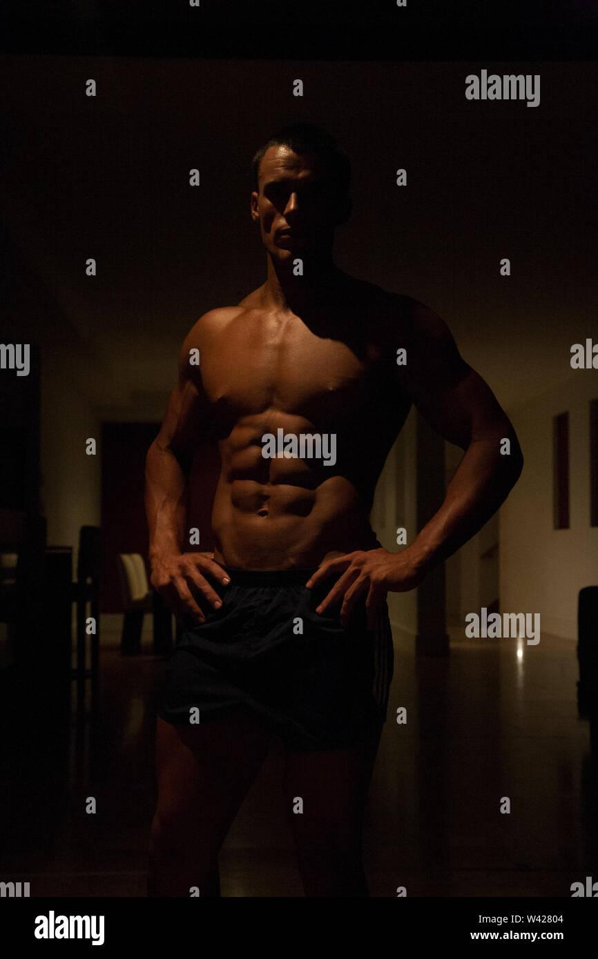 Nice à trainer prêt pour l'entraînement, la nuit à l'intérieur de la chambre à la scène d'un hôtel de luxe ou de sport, feux de faible parfait et sombre, quelques dessins et l'ombre Photo Stock