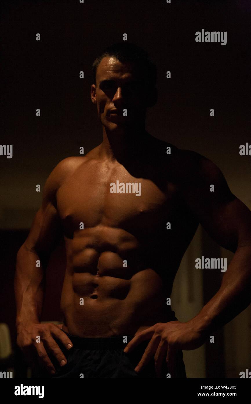 La pensée de l'homme et prête à l'exercice, la nuit à l'intérieur de la chambre à la scène d'un hôtel de luxe ou de sport, feux de faible parfait et sombre, quelques dessins et des ombres c Photo Stock