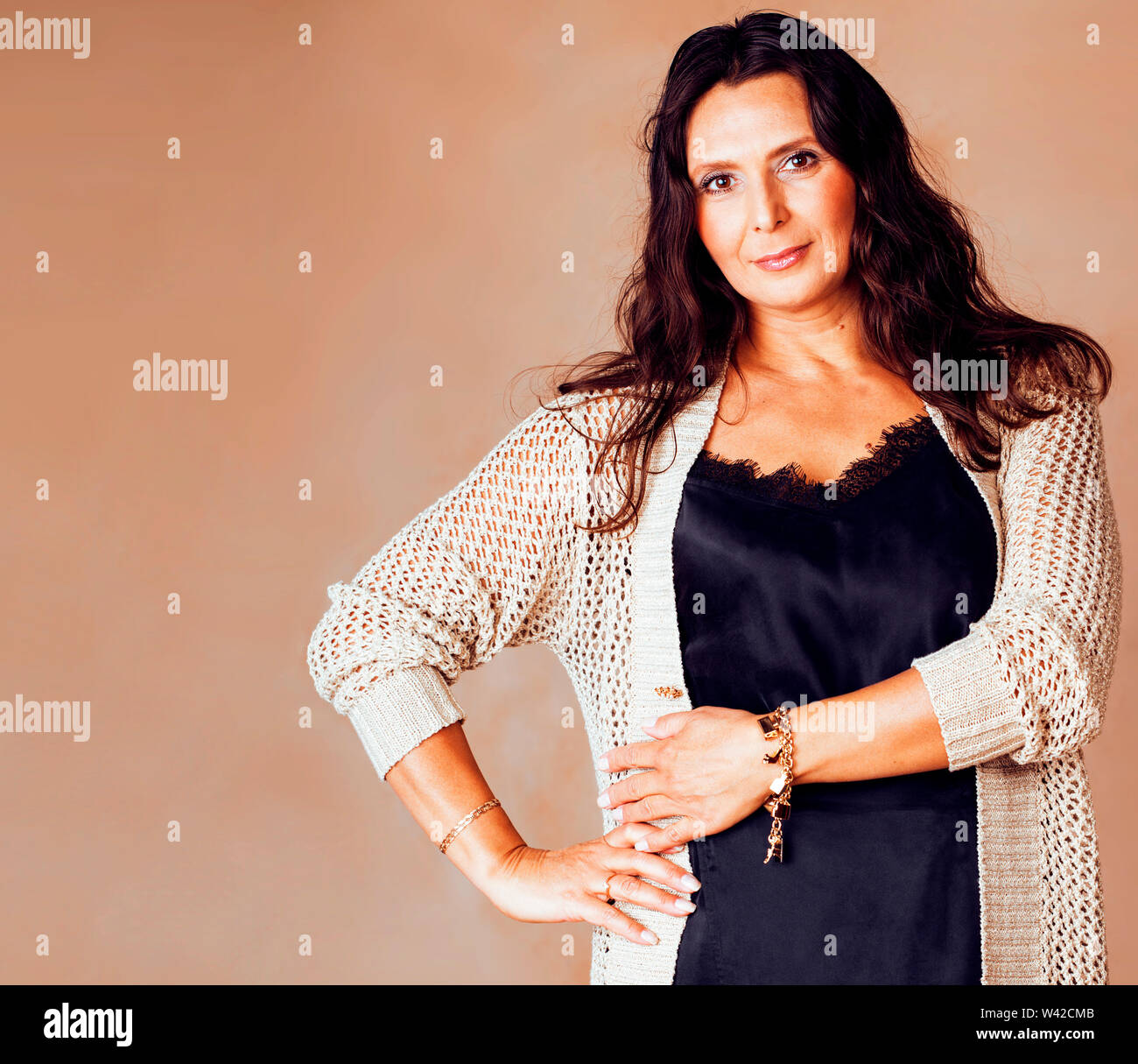 Belle brune confiant mature woman posing cheerful sur fond chaud, le mode de vie de personnes concept close up Photo Stock