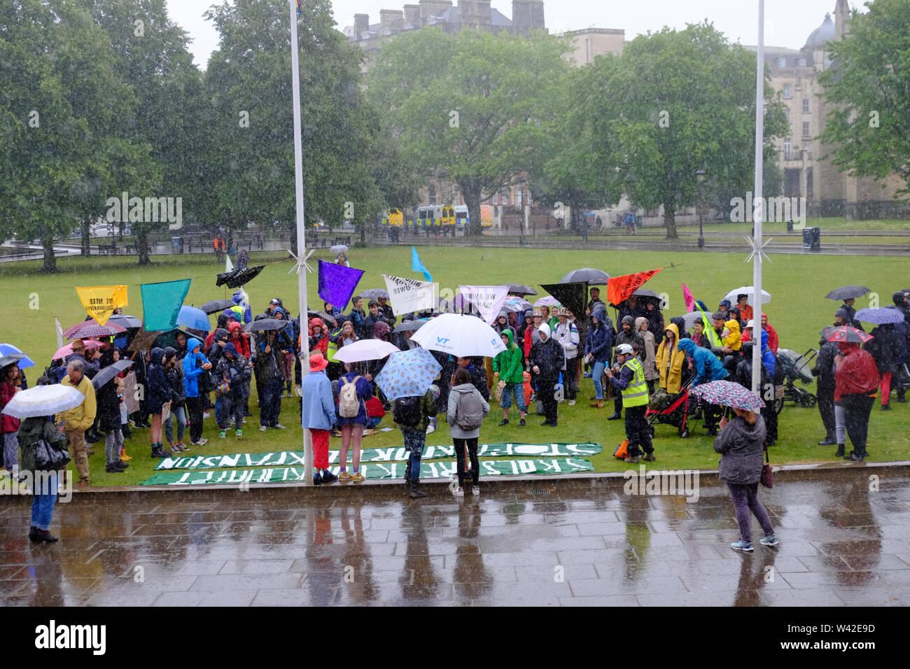 Bristol, Royaume-Uni. 19 juillet 2019. La pluie se déverse sur la rébellion d'extinction d'un rassemblement sur la jeunesse College Green dans le centre-ville de Bristol. C'est le 5e jour de la protestation contre le changement climatique dans la ville. Crédit: Mr Standfast/Alamy Live News Banque D'Images
