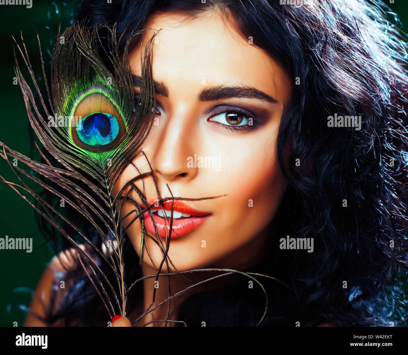 Jeune femme brune avec des yeux de plume de paon close up on smiling vert, le mode de vie les gens macro concept Photo Stock