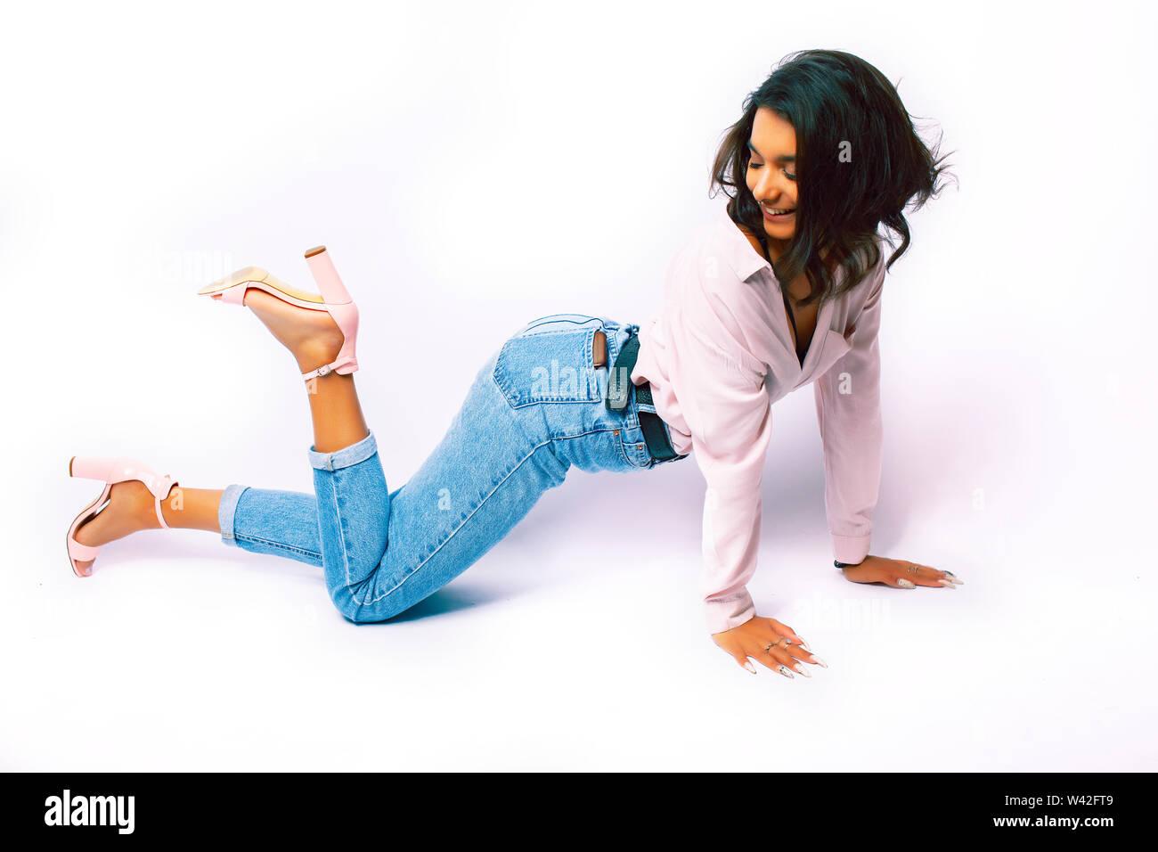 Jolie jeune fille indienne moderne en posant clothers occasionnels isolé sur fond blanc, le mode de vie de personnes concept Photo Stock