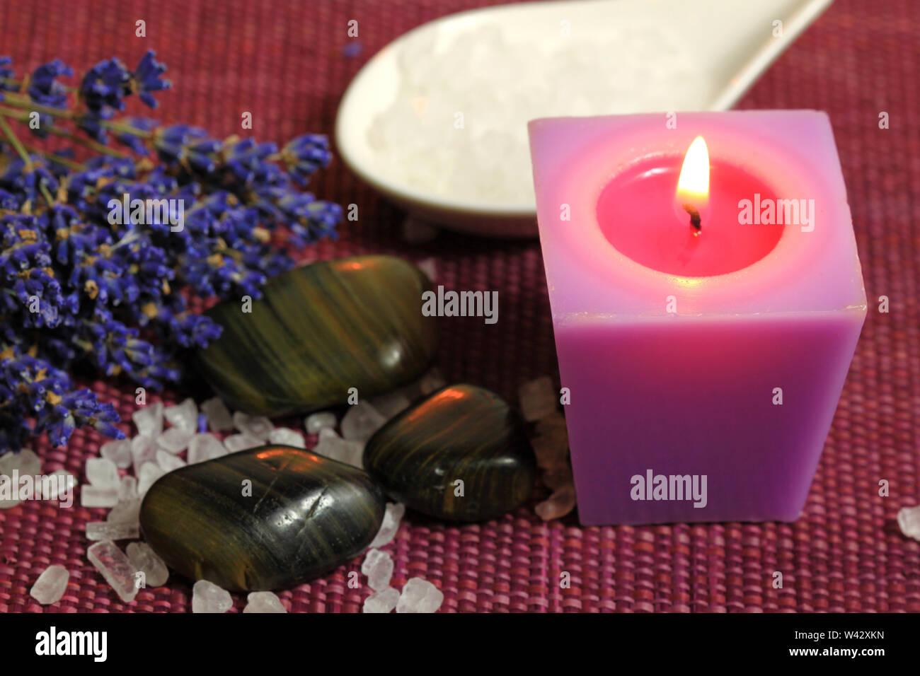Vous pourrez vous détendre dans un spa - bougie brûlante, cailloux et fleurs de lavande. Moody light Photo Stock