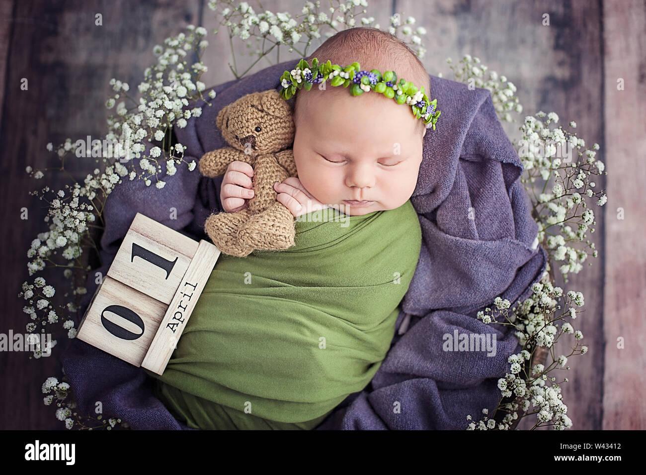 10 jours nouveau-né est en train de dormir dans le panier. Enfant de deux semaines. Début de la vie et heureuse enfance magic fairy concept. copier l'espace. Blague 1er avril Photo Stock