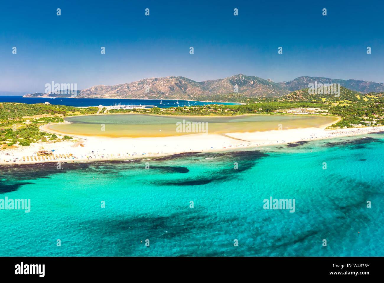 Plage de Porto Giunco, Villasimius, Sardaigne, Italie. La Sardaigne est la deuxième plus grande île de la mer Méditerranée. Banque D'Images