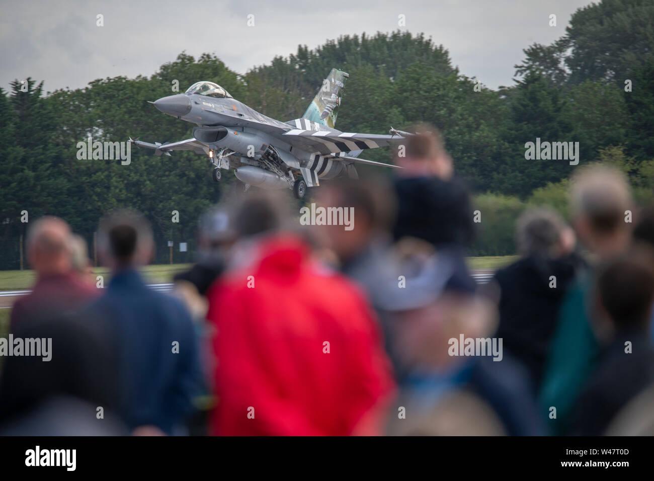 RAF Fairford, Glos, UK. 20 juillet 2019. Jour 2 de la Royal International Air Tattoo (RIAT) avec des avions militaires de partout dans le monde de l'assemblage à l'élite de l'aéronautique avec une démonstration de vol par beau temps. De droit: Belgian Air Component F-16 Fighting Falcon de démonstration. Credit: Malcolm Park/Alamy Live News. Banque D'Images