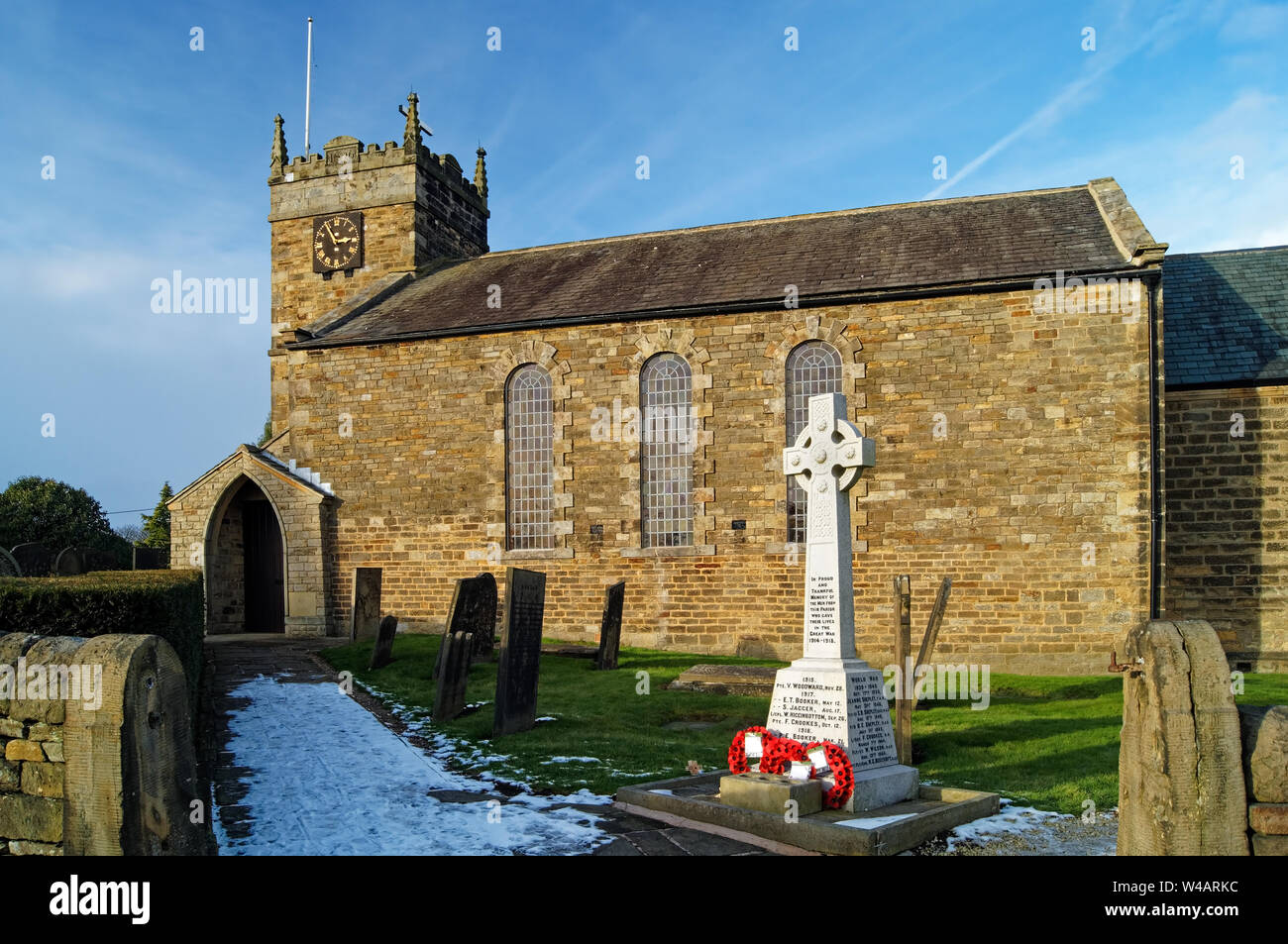 UK,Derbyshire,Holmesfield,St Swithin's Church & War Memorial Banque D'Images