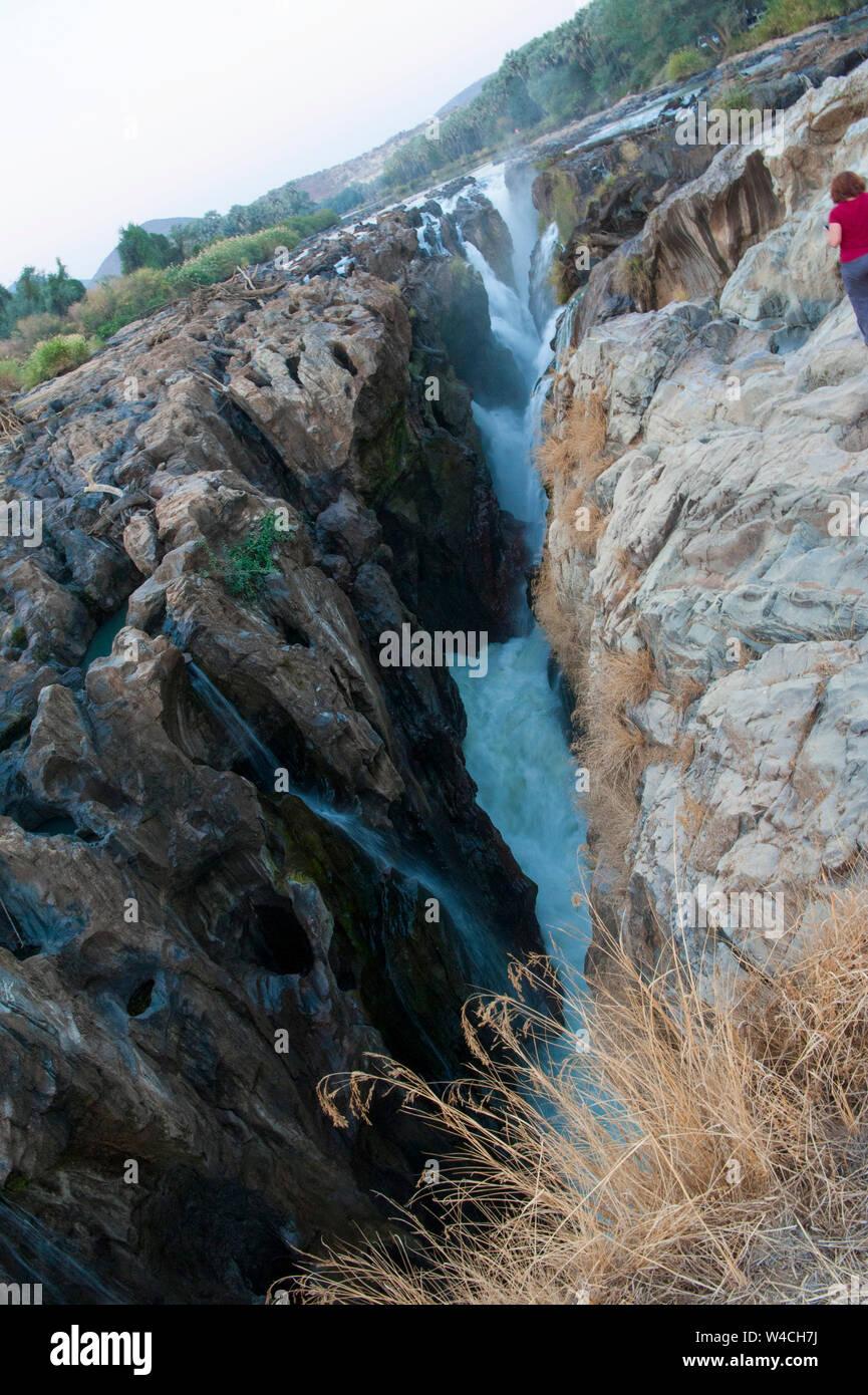Plus de rivière falaises déchiquetées, Epupa Falls rivière Cunene en Namibie, à la frontière avec l'Angola Banque D'Images