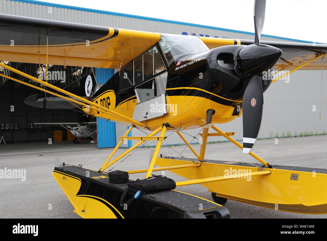 Un Beagle jaune un Husky-1C garé par le hangar de l'Aéroport Parc de l'Aviation, Hawarden, Chester, Royaume-Uni Banque D'Images