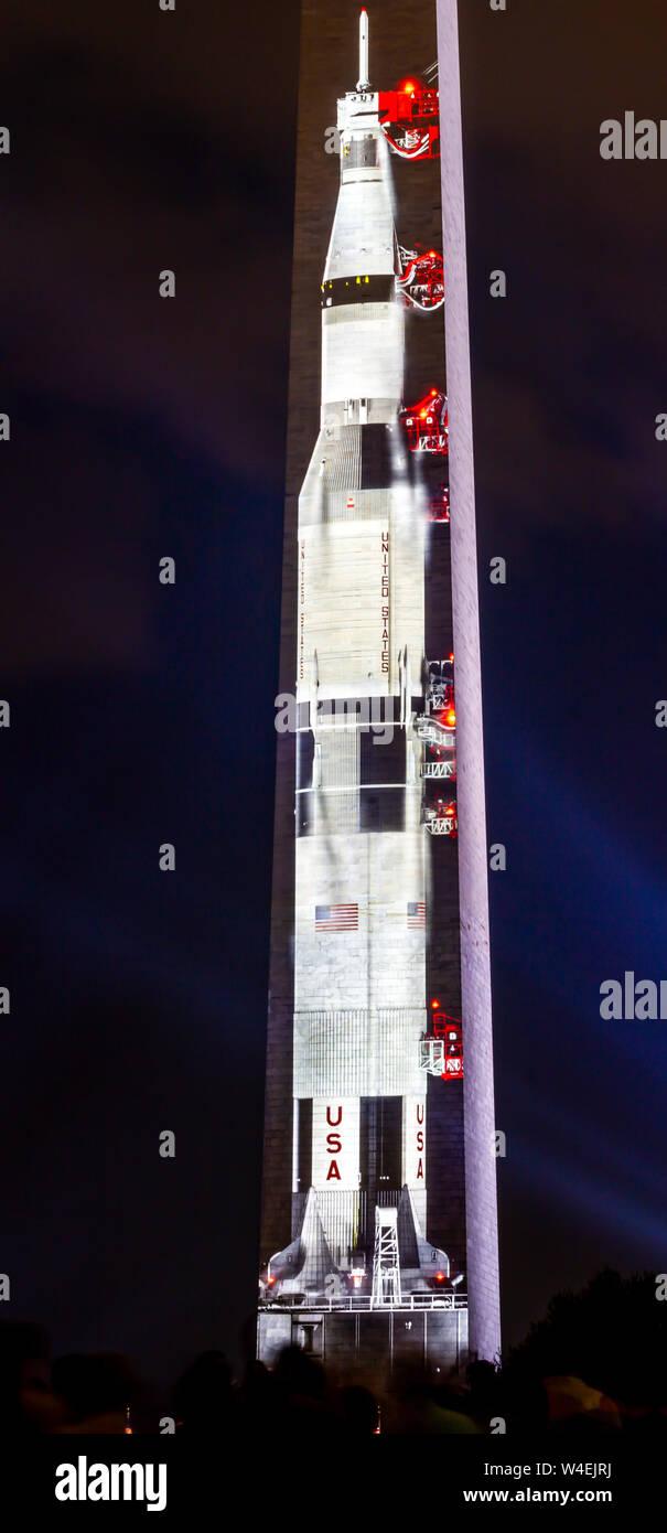 Apollo 11 Saturne V roquette projetée sur le Washington Monument à National Mall en commémoration du 50e anniversaire de l'atterrissage lunaire 20 juillet 2019. Banque D'Images