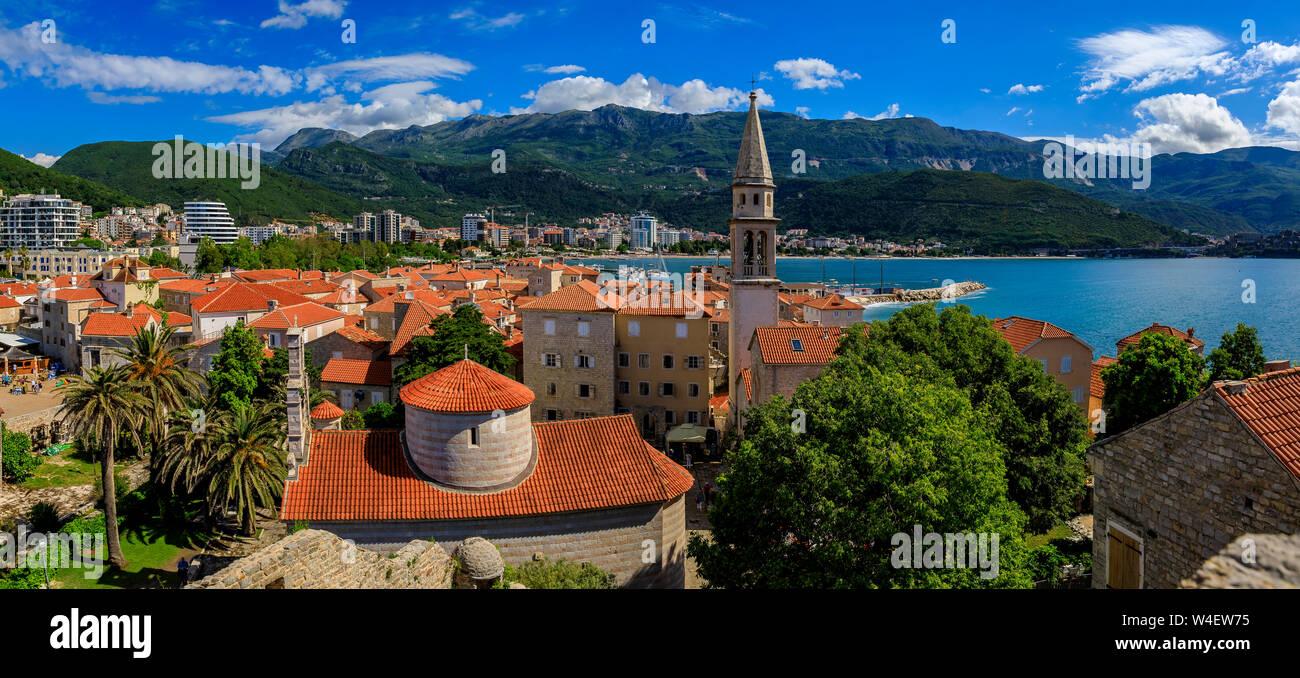 Vue aérienne de la vieille ville médiévale de Budva à partir de la Citadelle avec la Sainte Trinité l'église et de l'Adriatique avec Richard s Head beach au Monténégro, Balkans Banque D'Images