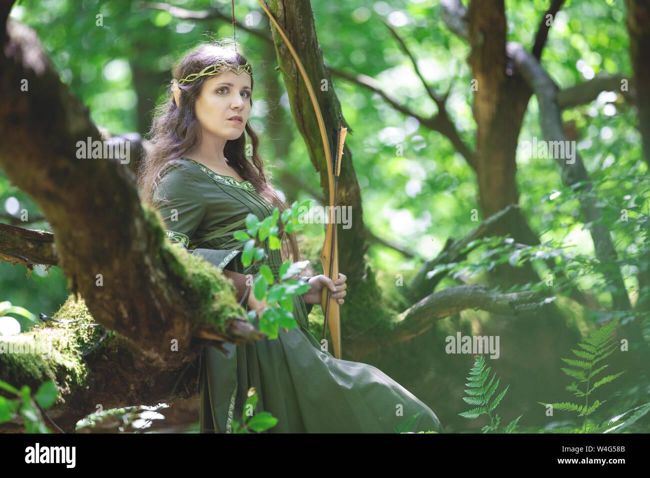 Elf archer à l'arc dans la forêt Banque D'Images