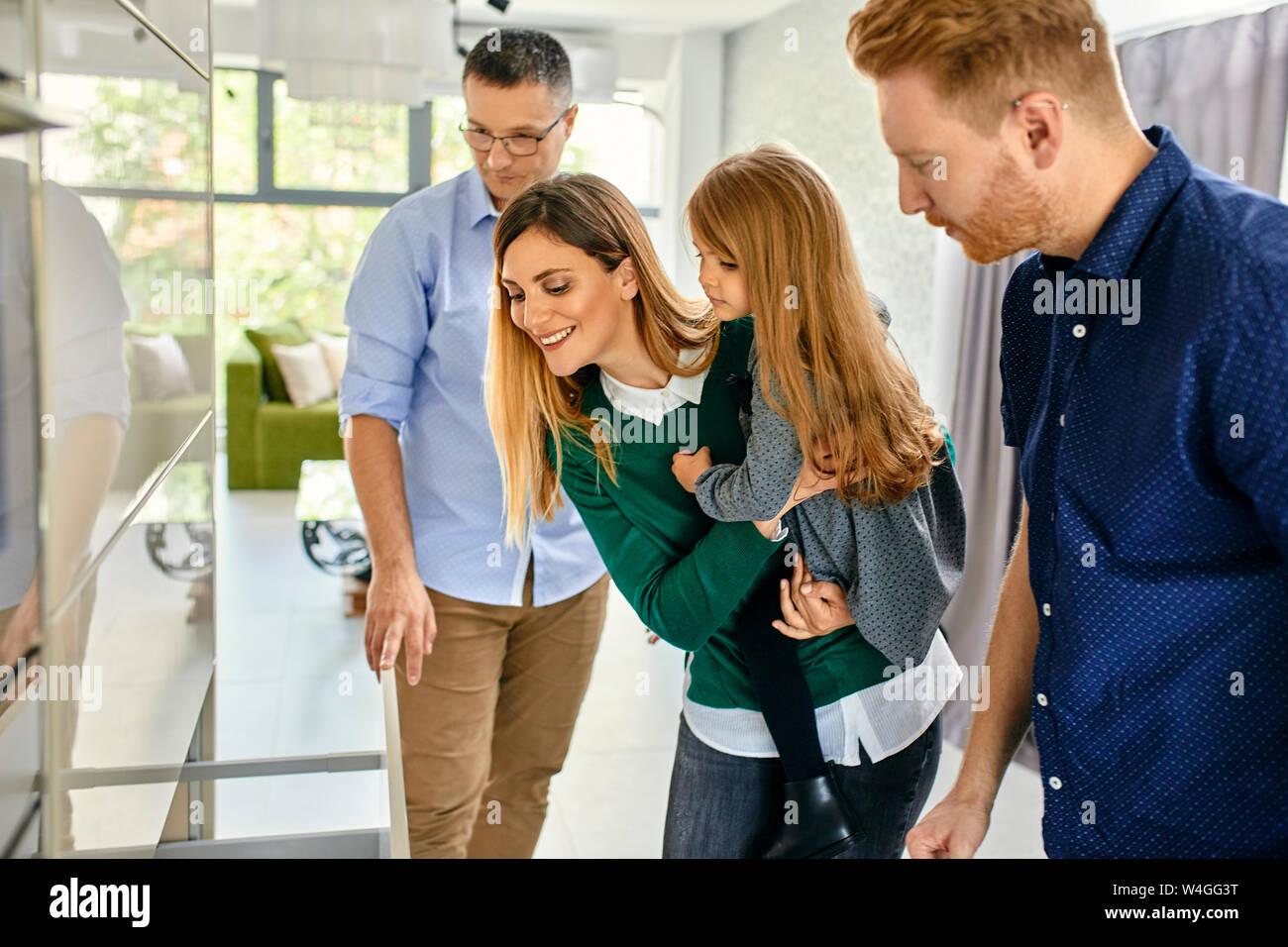Family shopping pour une nouvelle cuisine en showroom Banque D'Images