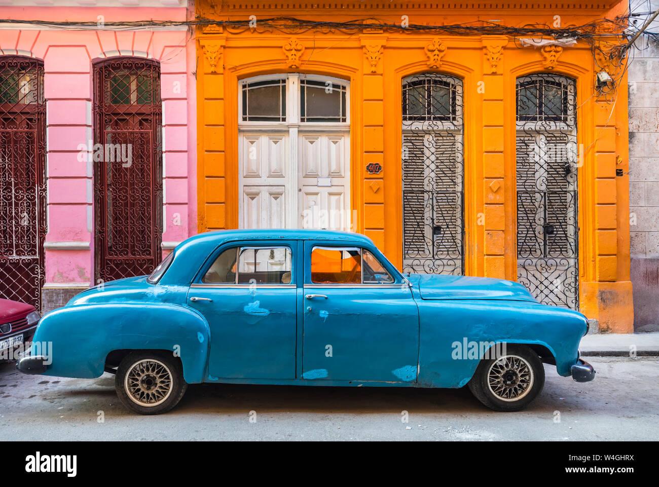 Blue vintage garée voiture devant une maison d'habitation, La Havane, Cuba Banque D'Images