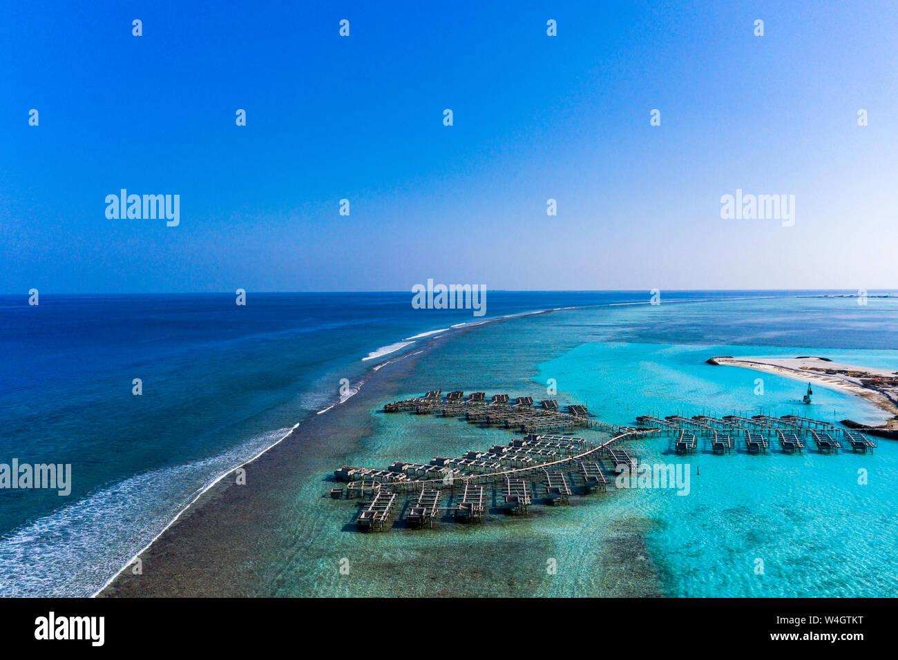 Vue aérienne du site de construction, bungalows sur l'eau, South Male Atoll, Maldives Banque D'Images