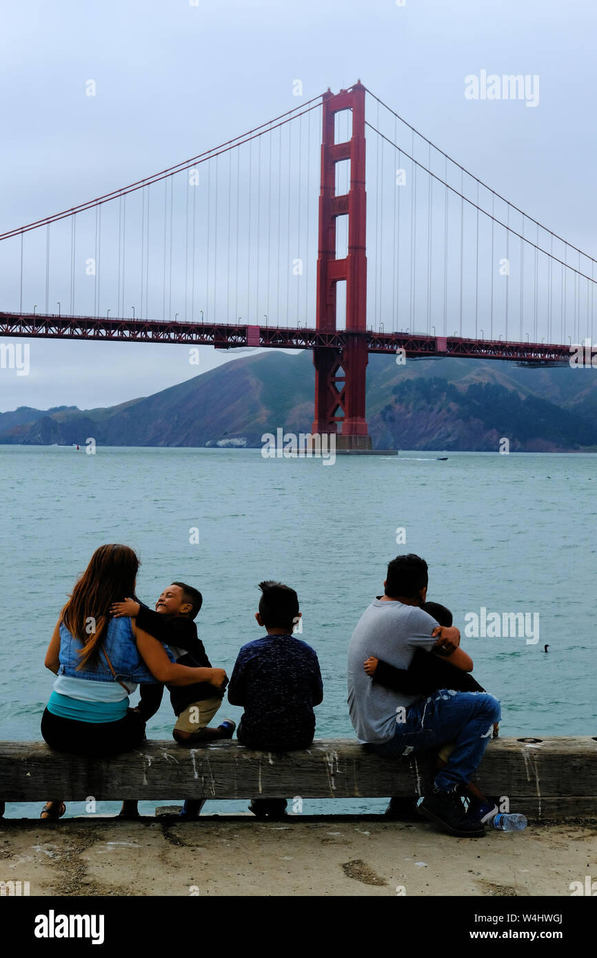 Young Hispanic family viewing le Golden Gate Bridge à partir de torpiller à quai parc Presidio à San Francisco (Californie), de l'unité Latino, l'amour, temps en famille Banque D'Images