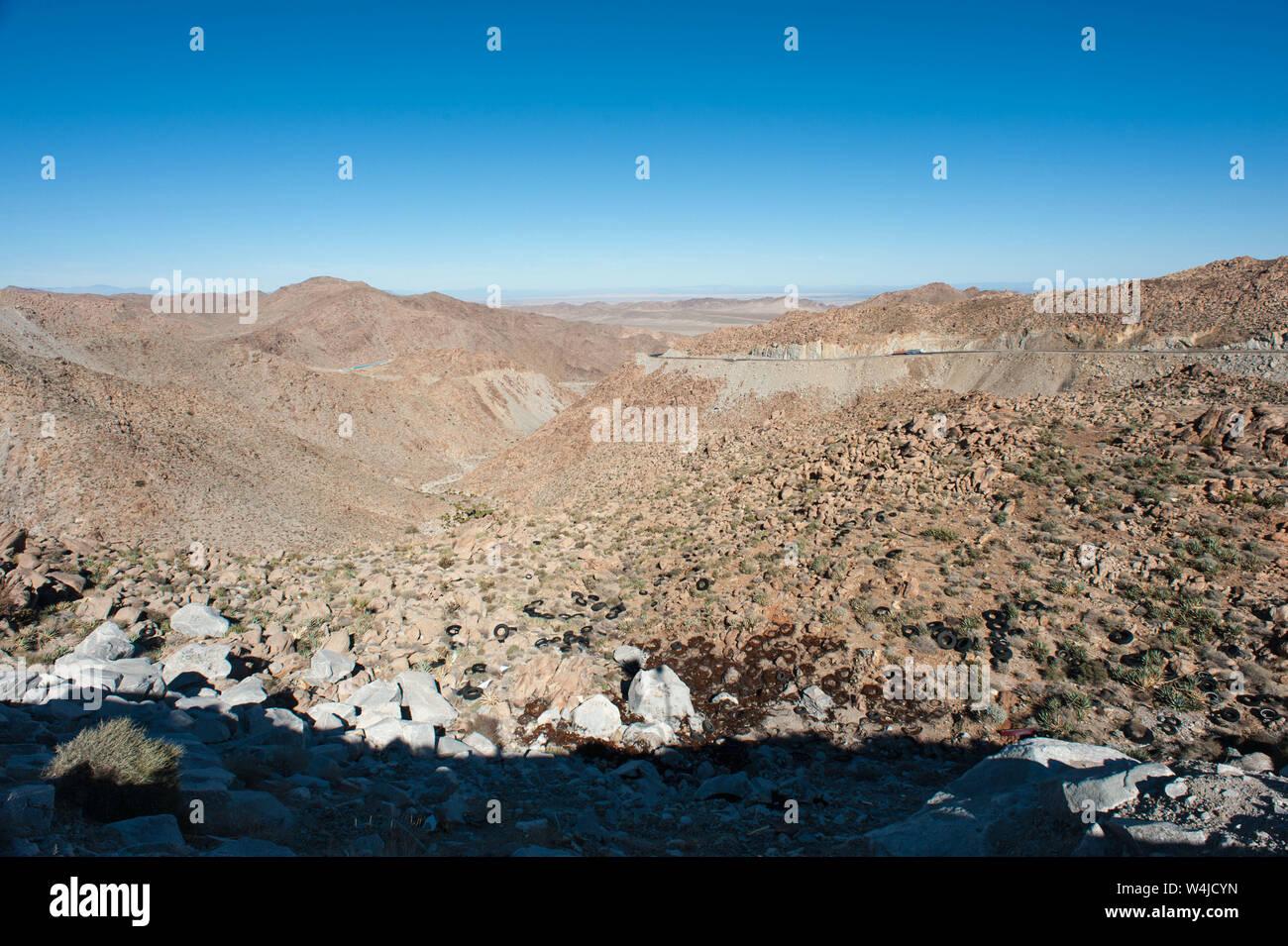 La Basse-Californie, au Mexique: La Rumorosa, pneu dump. Banque D'Images