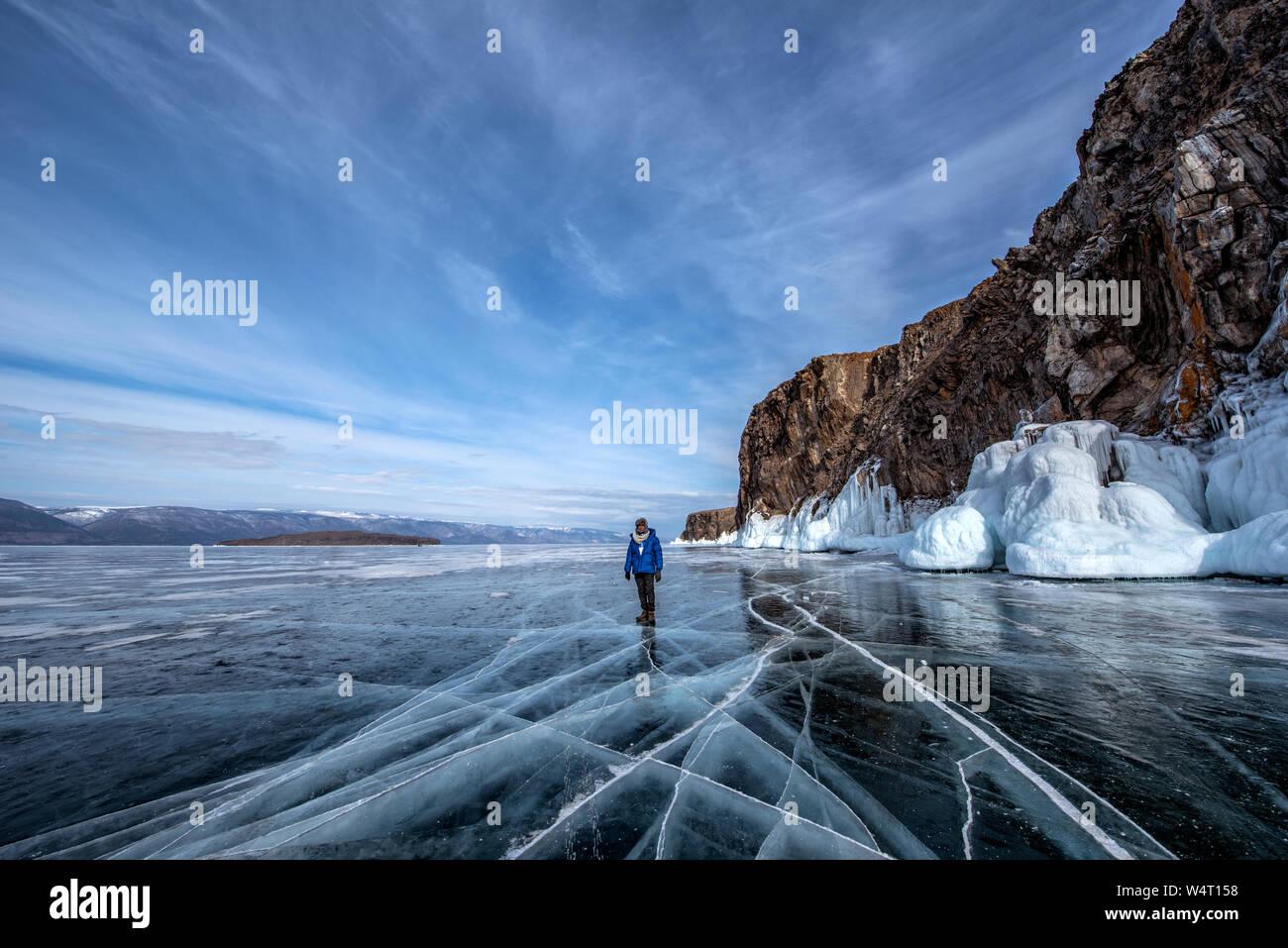 Homme debout sur le Lac Baïkal gelé en hiver, Sibérie, Russie Banque D'Images