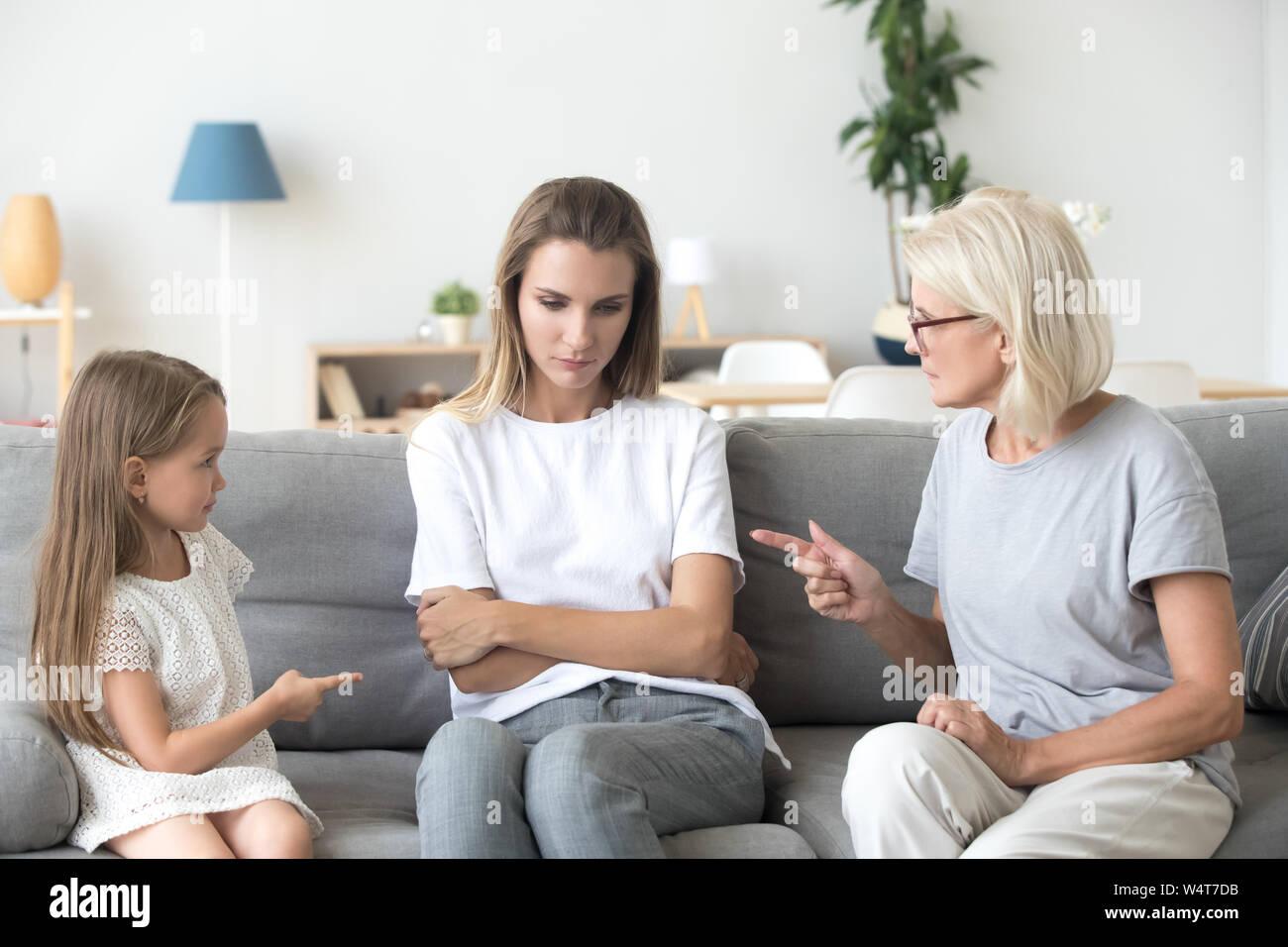 Trois graves diversifiés de fille petite-fille et grand-mère à l'intérieur Banque D'Images