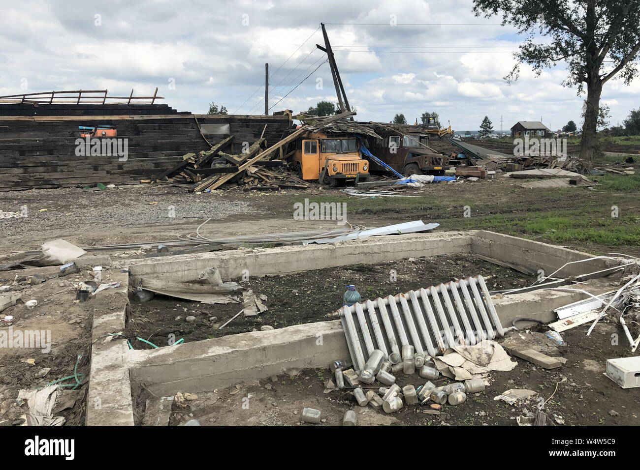 La Russie. Le 25 juillet, 2019. Région d'Irkoutsk, RUSSIE - 25 juillet 2019: une vue sur les débris dans la ville d'inondations Tulun. Depuis le début de juillet flash les inondations ont endommagé 10 900 vivaient dans des maisons par 42 700 résidents dans 109 villes, 11 000 habitations, 86 équipements sociaux, 49 sections d'autoroutes, 22 ponts routiers dans la région d'Irkoutsk. Andrei Berezkin/crédit: TASS ITAR-TASS News Agency/Alamy Live News Banque D'Images