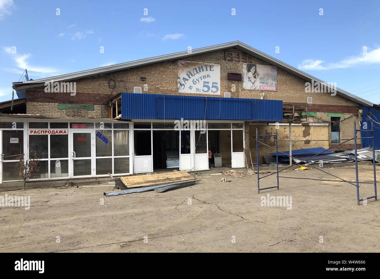 La Russie. Le 25 juillet, 2019. Région d'Irkoutsk, RUSSIE - 25 juillet 2019: En dehors d'un centre commercial de la ville d'inondations Tulun. Depuis le début de juillet flash les inondations ont endommagé 10 900 vivaient dans des maisons par 42 700 résidents dans 109 villes, 11 000 habitations, 86 équipements sociaux, 49 sections d'autoroutes, 22 ponts routiers dans la région d'Irkoutsk. Svetlana Latynina/crédit: TASS ITAR-TASS News Agency/Alamy Live News Banque D'Images