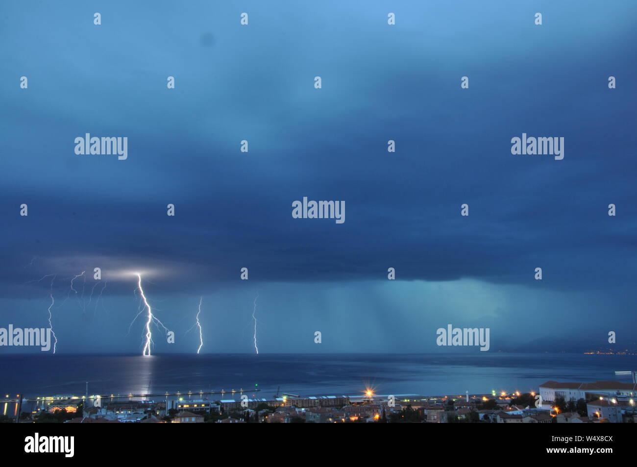 Orage et nuages orageux avec pluie dans la nuit. Tempête de nuages avec la foudre Banque D'Images