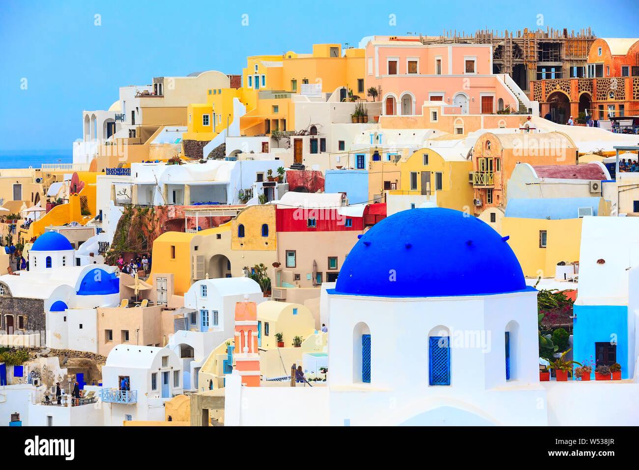 L'île de Santorin, Grèce, Oia village vue panoramique avec blue dome église et maisons colorées Banque D'Images