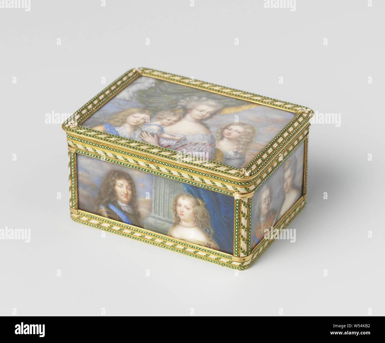 Snuff Box Gold, peint avec des portraits miniatures des Bourbons, rectangulaire boîte en or. Tous les côtés sont recouverts de portraits miniatures des Bourbons. Sur le couvercle Marie-Antoinette avec ses enfants à côté d'un buste de Louis XVI. Sur le fond le frère et la sœur de Louis XVI. À l'avant Louis XIV et de Marie-Thérèse d'Espagne. Sur l'arrière Hendrik IV et de Marie de Médicis. Sur la gauche Louis XIII et Anne d'Autriche. Sur le côté droit un style Louis XV et Maria Leczinska., anonyme, Paris, ch. 1815 - c. 1830, l'or (métal), verre, H 4,5 cm × w 8,8 cm × D × w 259,6 4,5 cm Banque D'Images