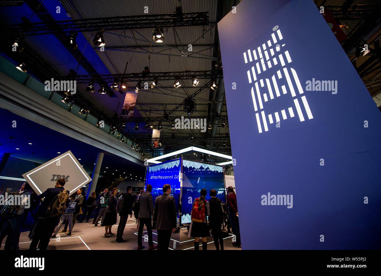 Personnes visitent le stand d'IBM lors du Mobile World Congress 2019 (MWC19) à Barcelone, Espagne, 25 février 2019. Banque D'Images