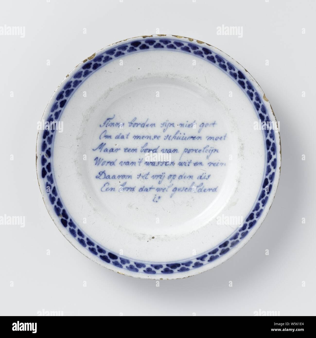 Assiette peinte avec un verset: Tinne plaques ne sont pas bien // parce que les gens ont besoin de faire ... Une plaque qui est peint // assiette de faïence. Peint en bleu avec un verset et une frontière décorées. Le verset se lit comme suit: Tinne plaques ne sont pas bien // parce que les gens ont à faire // Mais une plaque de porceline // deviennent blanches et propres // c'est pourquoi il est mis en liberté sur le disque // une plaque qui est peint // EST., anonyme, Delft, c. 1740 - c. 1755, D. 22,5 cm Banque D'Images