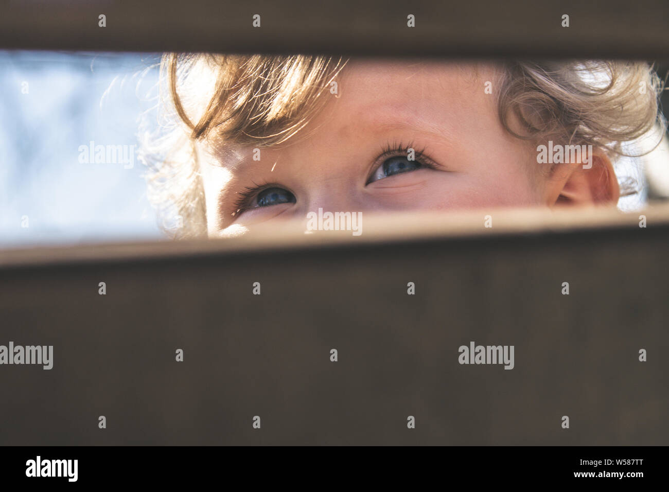 Les yeux bleus de bébé libre. Bébé, enfant, de la vue, de la concentration, de santé de l'œil, la curiosité et l'exploration découverte concept. Voir les détails de l'image de belle blonde cur Banque D'Images