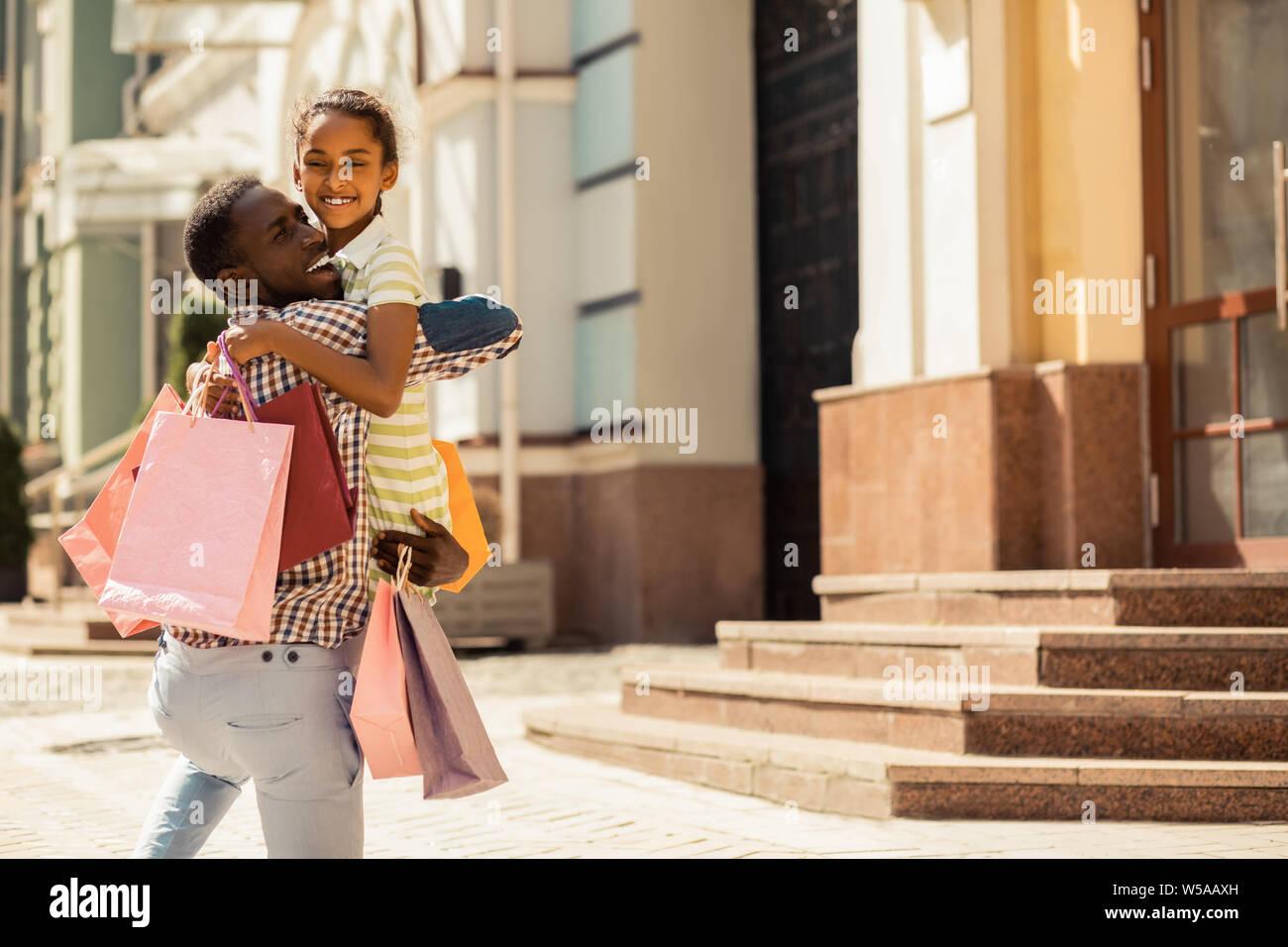 Peu de plaisir positif dépenses féminin week-end avec papa Banque D'Images