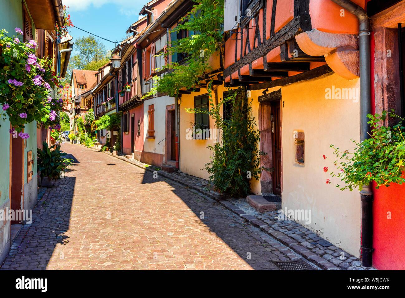 Voie pittoresque coloré dans la vieille ville de Kaysersberg, Alsace, France, maisons à colombages avec décoration florale Banque D'Images