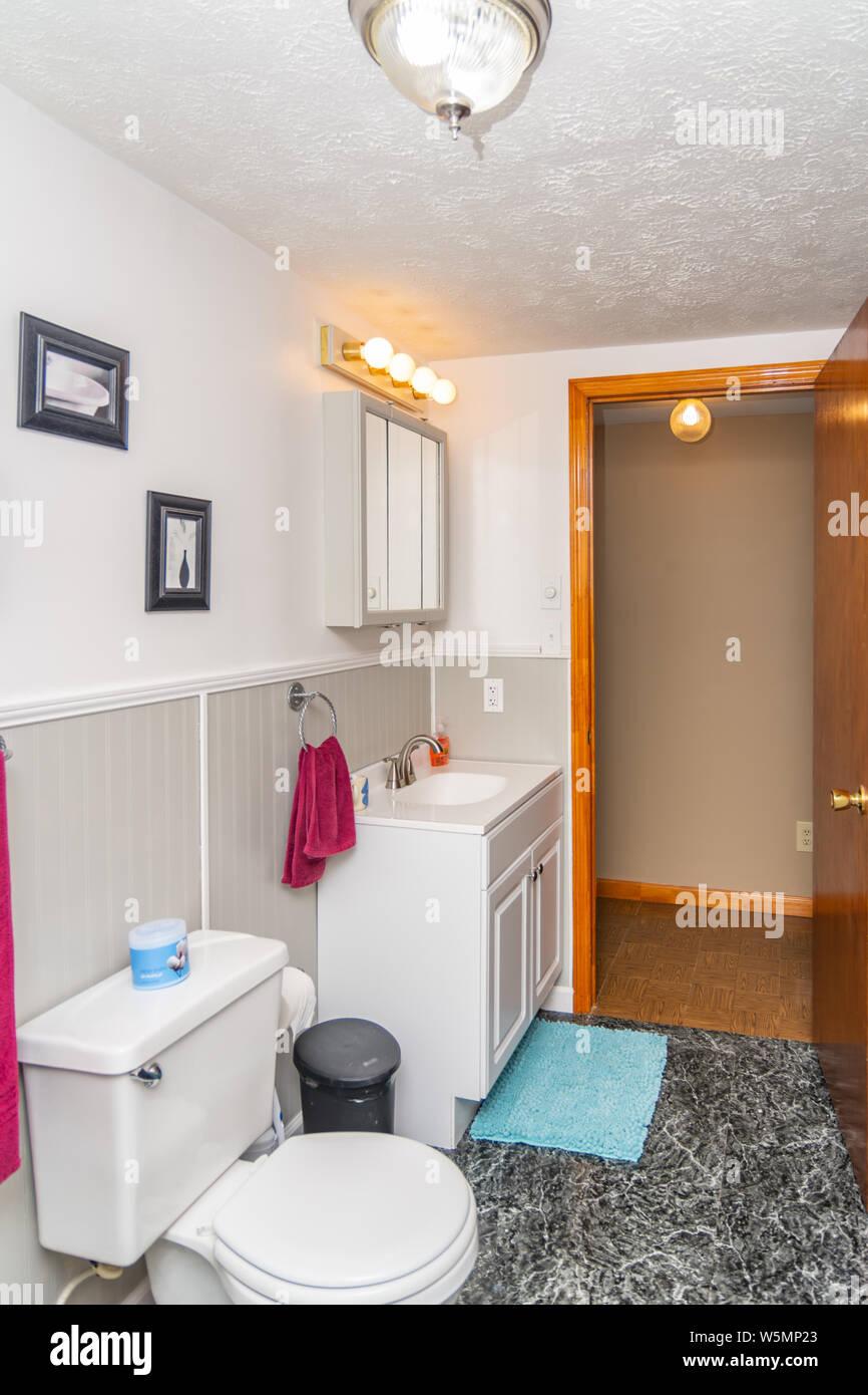 Salle de bains l\'intérieur de la classe moyenne maison ...