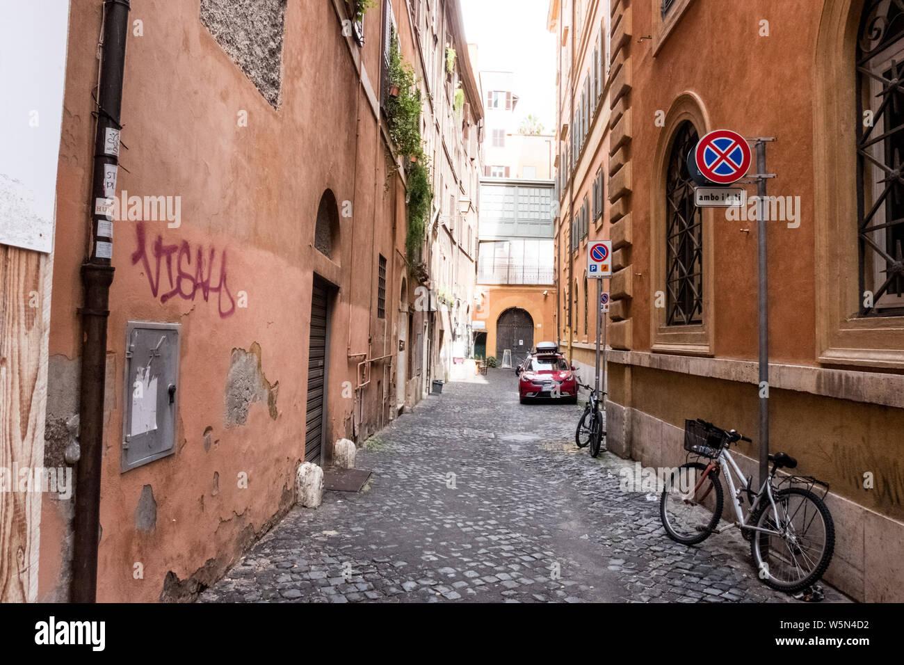 Rome, Italie trottoir vide et l'allée, à l'écart des rues chaotiques et de trafic Banque D'Images