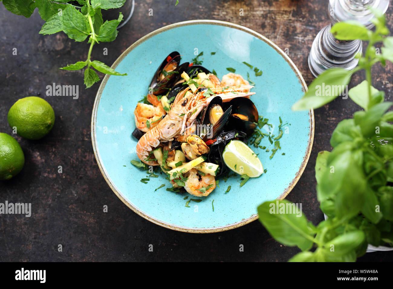 Les pâtes tagliatelle aux fruits de mer, crevettes, moules, langoustines, calamars, avec l'ajout de vin blanc Banque D'Images