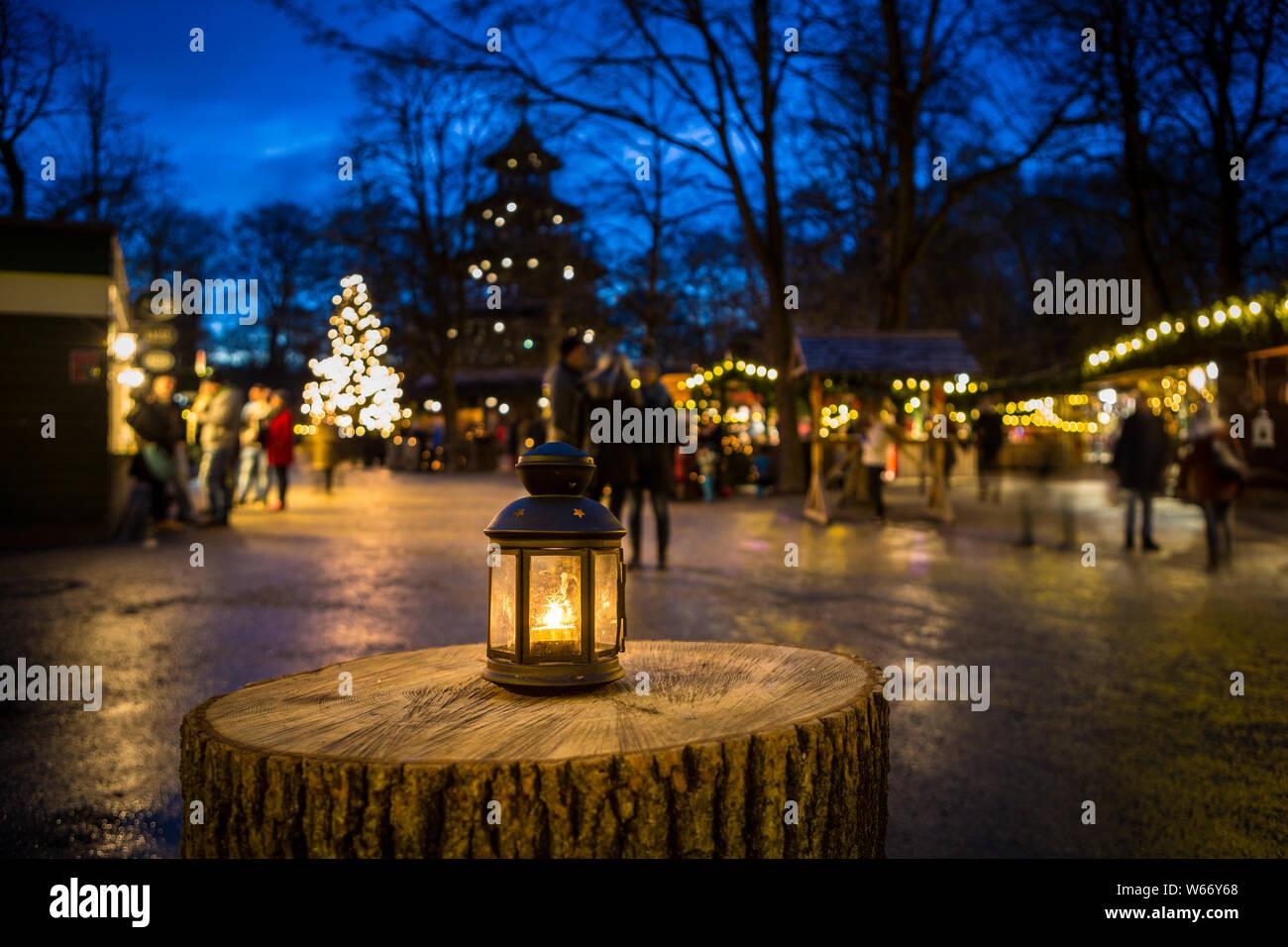 Lanterne sur une souche d'arbre à Noël à la Tour Chinoise, Munich, Allemagne Banque D'Images