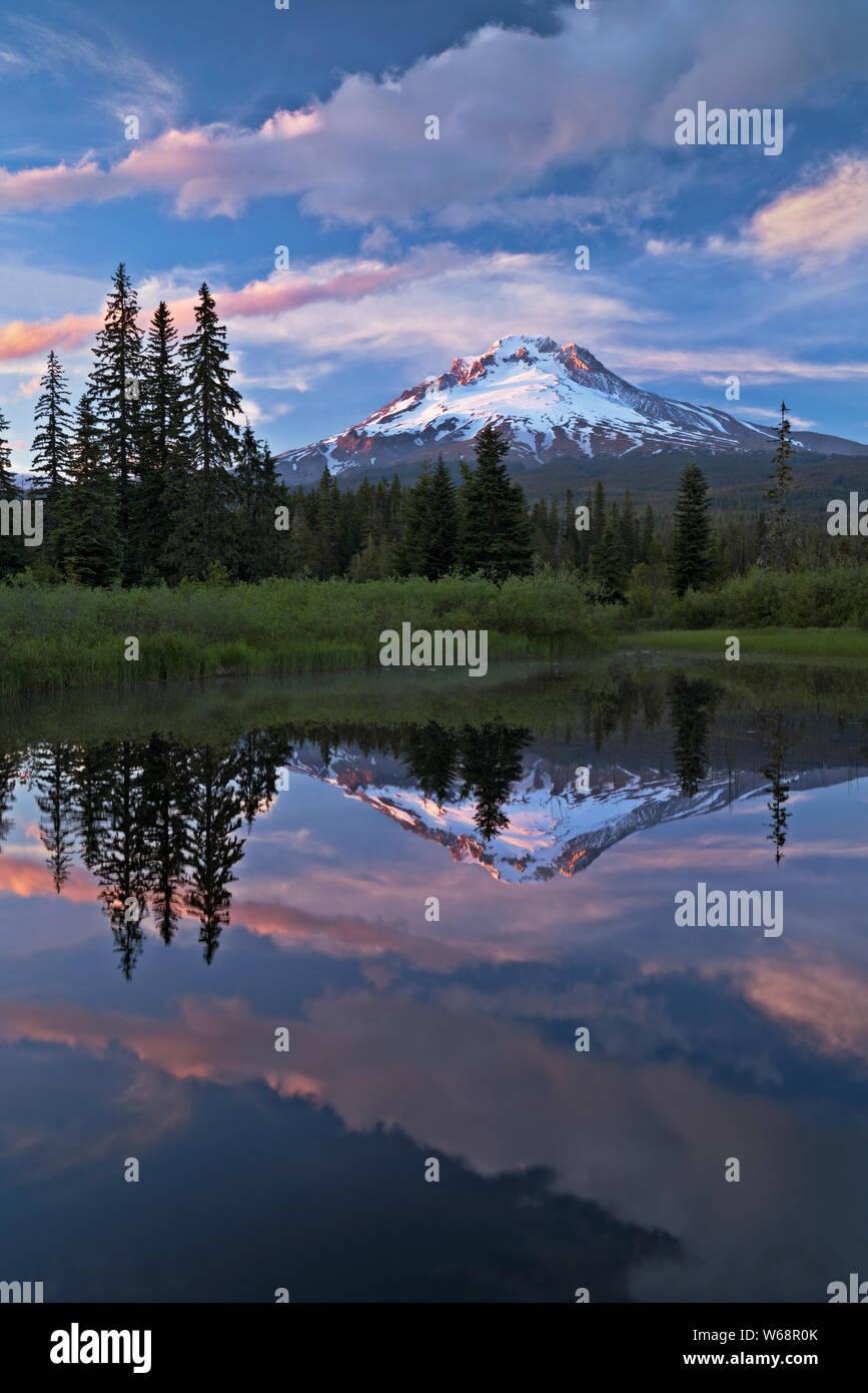 Coucher du soleil sur l'éclatement des couleurs Oregon's Mt Hood reflétant dans Multorpor Fen. Banque D'Images