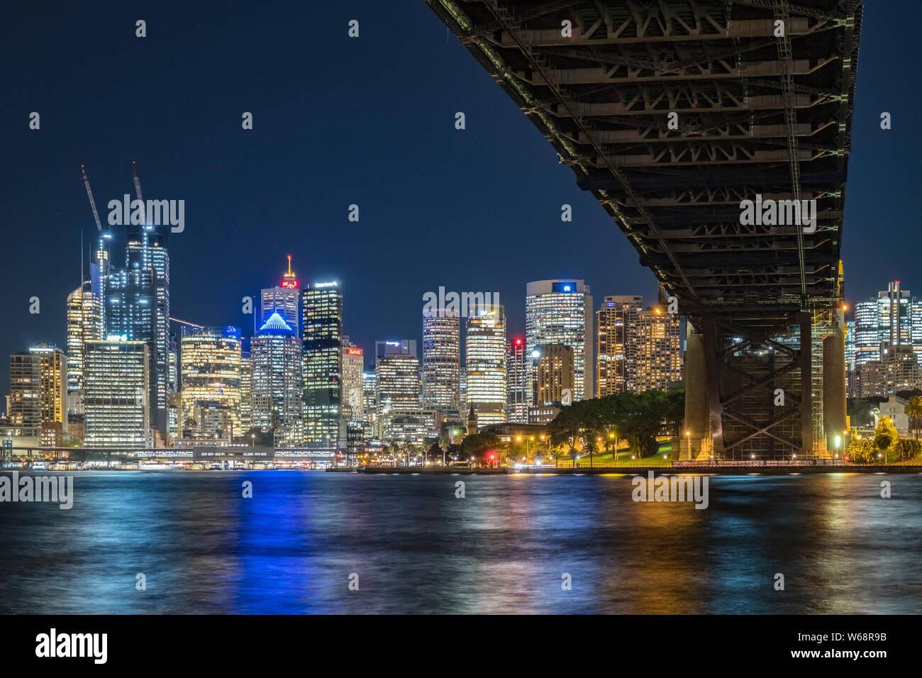 Le Sydney Harbour Bridge est un acier, classé au patrimoine mondial par l'intermédiaire de arch pont sur le port de Sydney qui transporte des véhicules ferroviaires, et des piétons, vélos, t Banque D'Images