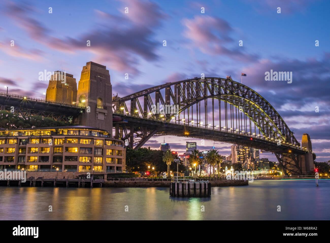 Le Sydney Harbour Bridge est un acier, classé au patrimoine mondial par l'intermédiaire de arch pont sur le port de Sydney qui transporte des véhicules ferroviaires, et des piétons, vélos, Banque D'Images