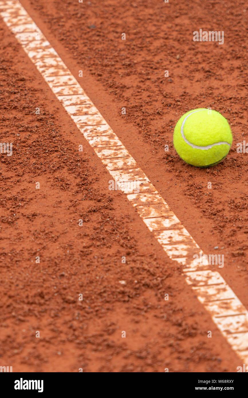 Balle de tennis situé à proximité de ligne blanche sur fond de tennis Banque D'Images
