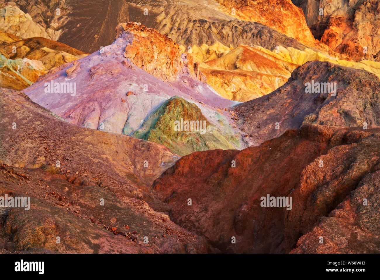 La lueur de l'aube civile multicolores ondulant badlands de Golden Canyon in California's Death Valley National Park. Banque D'Images