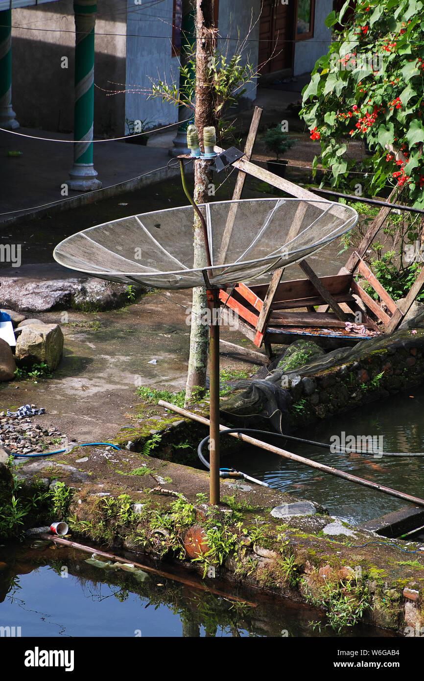 L'antenne satellite dans le village d'Indonésie Banque D'Images