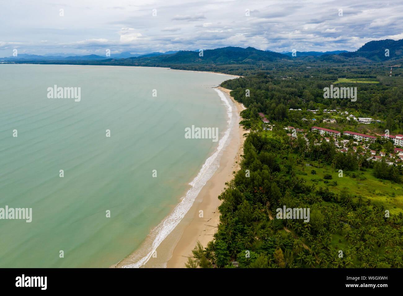 Vue aérienne d'une belle plage de sable tropicale, vide et palmiers (Coconut Beach, Khao Lak, Thaïlande) Banque D'Images