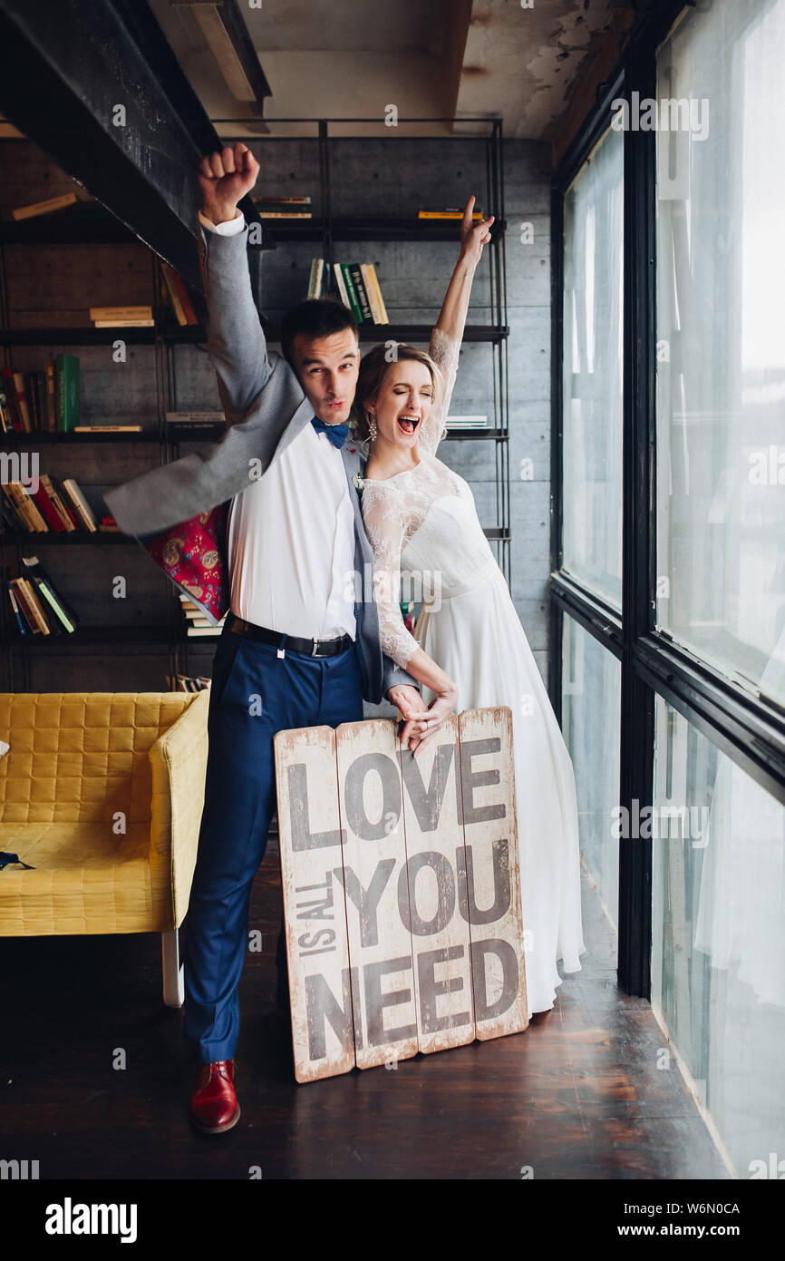Loving couple holding pancarte tout ce qu'il vous faut, c'est l'amour. Banque D'Images
