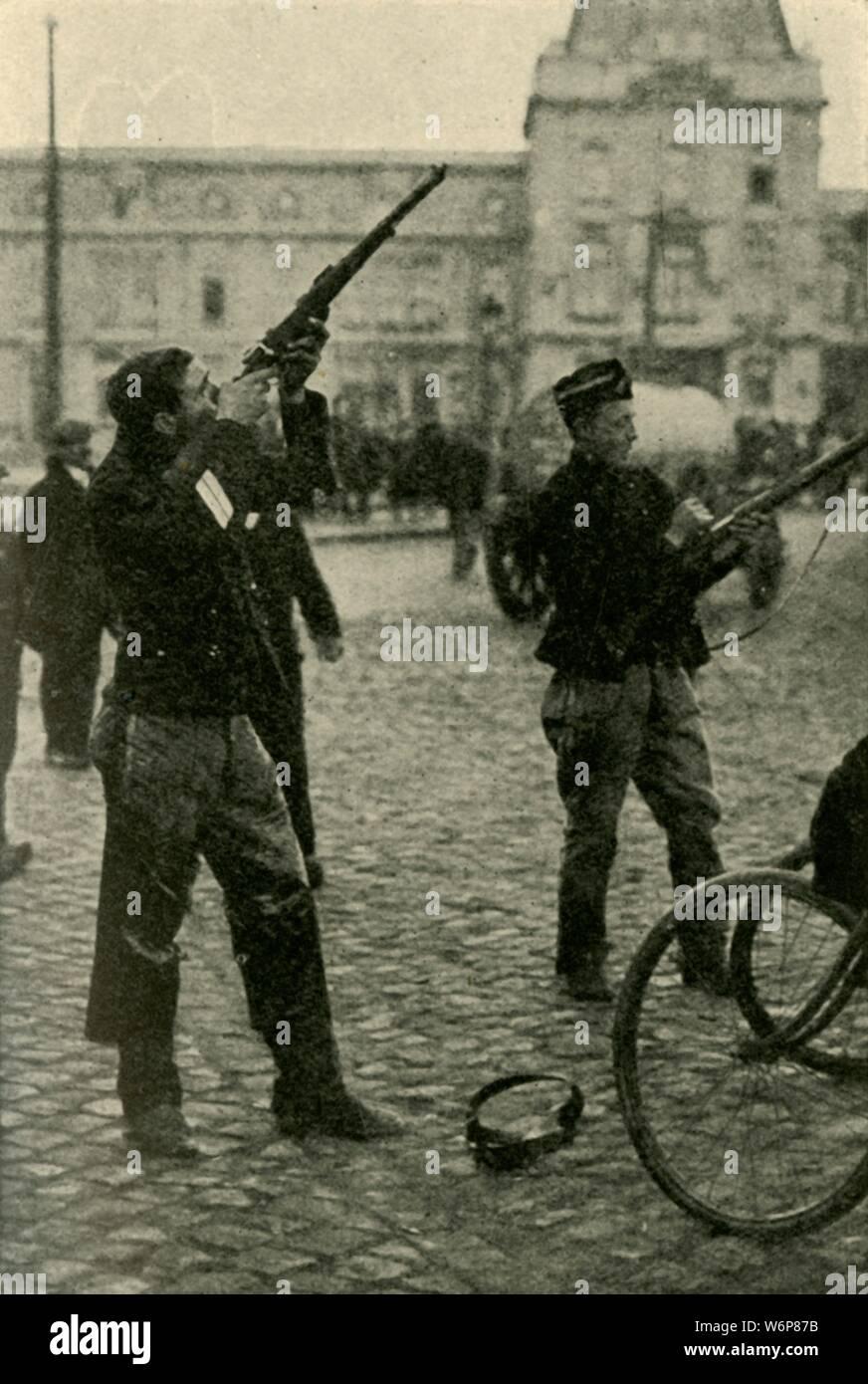 """Les cyclistes militaire belge à tirer sur un avion allemand, Première Guerre mondiale, 1914-1918, (c1920). '...Le tir à un avion allemand c'est voler au-dessus d'Ostende. Un avion à grande vitesse se déplace de plus de 100 pieds en une seconde: ainsi, la difficulté de le frapper avec une balle de fusil peut être imaginé."""" De """"La Grande Guerre - une histoire"""" Volume I, édité par Frank UN Mumby. [Le Gresham Publishing Company Ltd, London, c1920] Banque D'Images"""