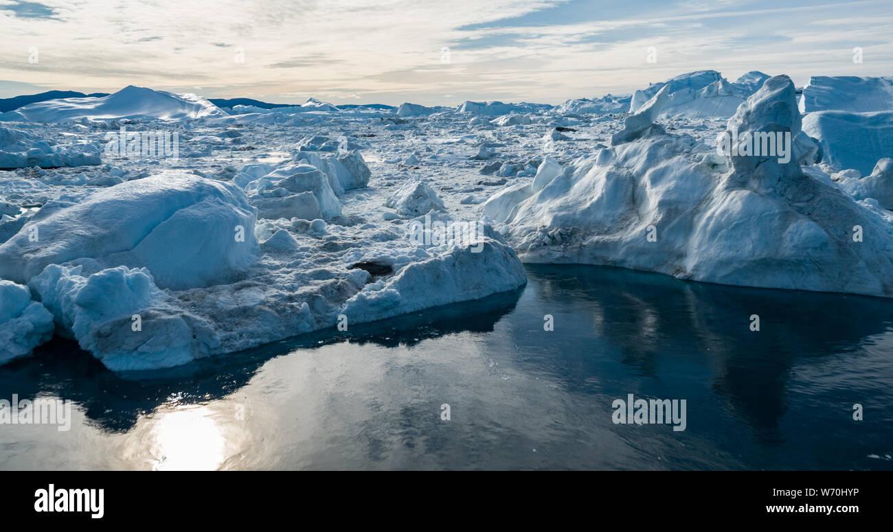 Drone aérien droit d'Iceberg et la glace de glacier dans l'arctic nature paysage sur le Groenland. Image aérienne drone photo d'icebergs à Ilulissat. Touchés par le changement climatique et le réchauffement planétaire. Banque D'Images